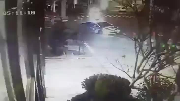 [캐내네]순찰차 치고 중앙선 넘어 도주하는 차량