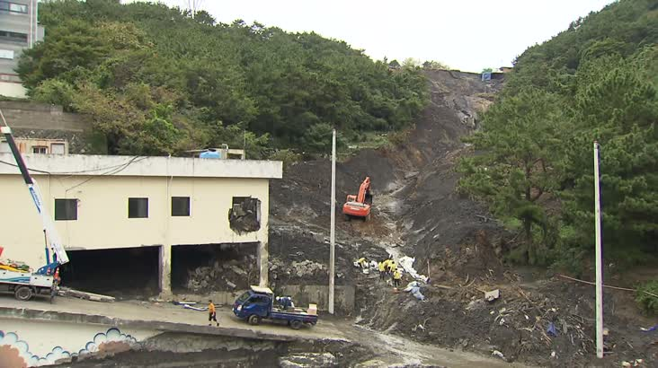 '산사태 복구 한창'..군부대 석탄재 매립 주장도 나와