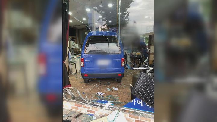 [제보 055-283-0505]진주, 사진관으로 차량 돌진...2 명 부상